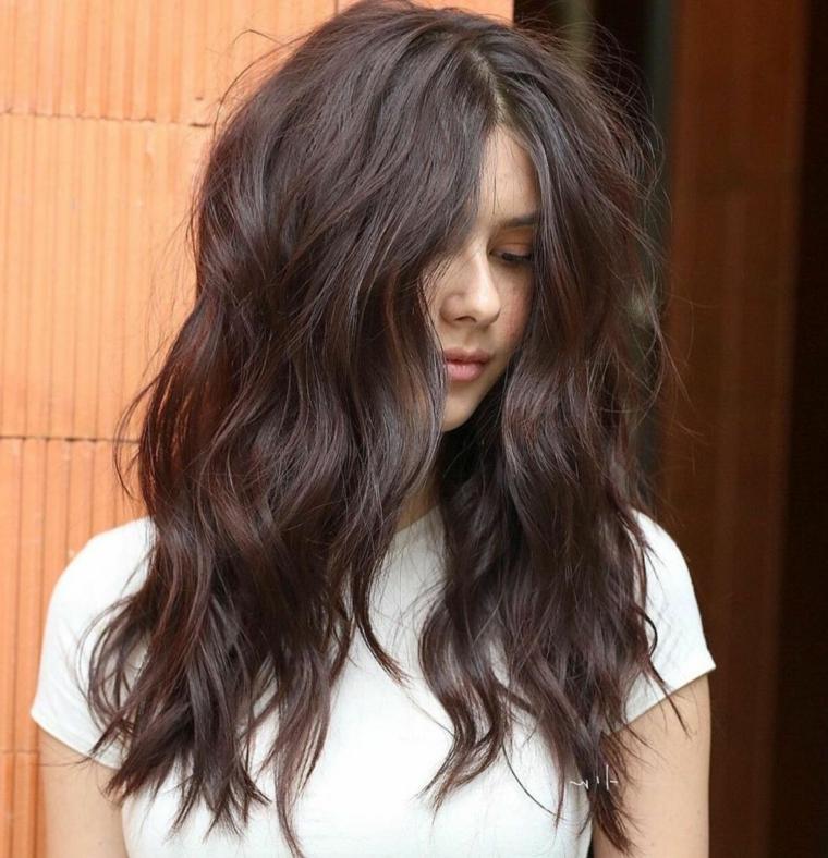chioma donna di colore castano pettinatura capelli lunghi mossi