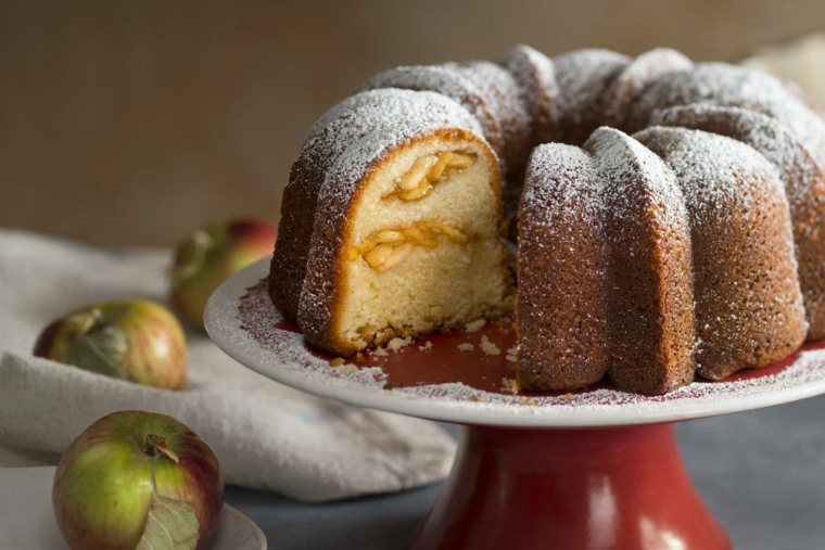 ciambellone con le mele dolce con ripieno morbido dessert ricoperto con zucchero a velo