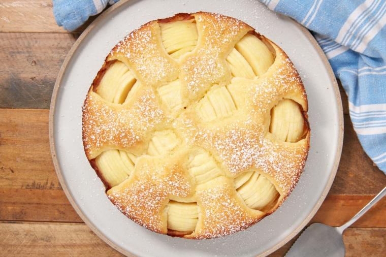 ciambellone con le mele dolce cosparso di zucchero a velo