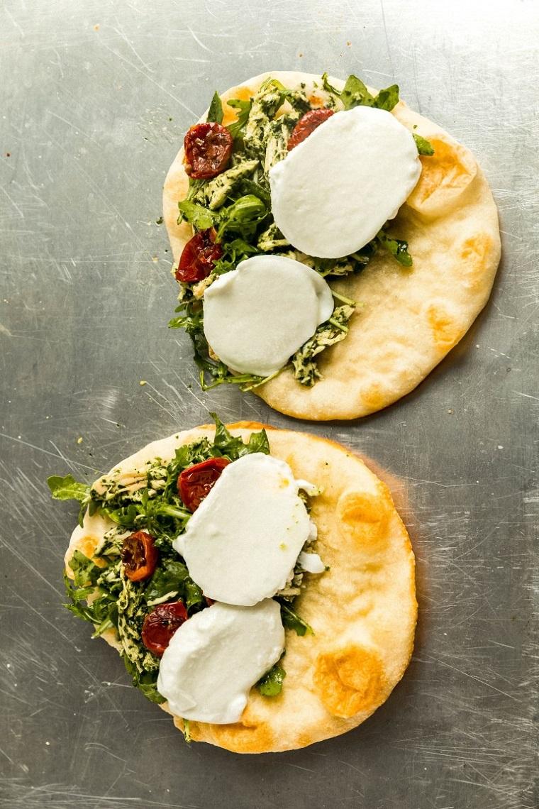 come farcire le piadine panino con mozzarella e fette di pollo pomodorini secchi