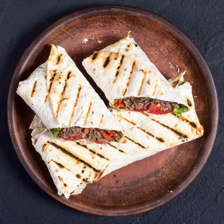 come fare la piadina fatta in casa sandwich con carne macinata e pomodoro