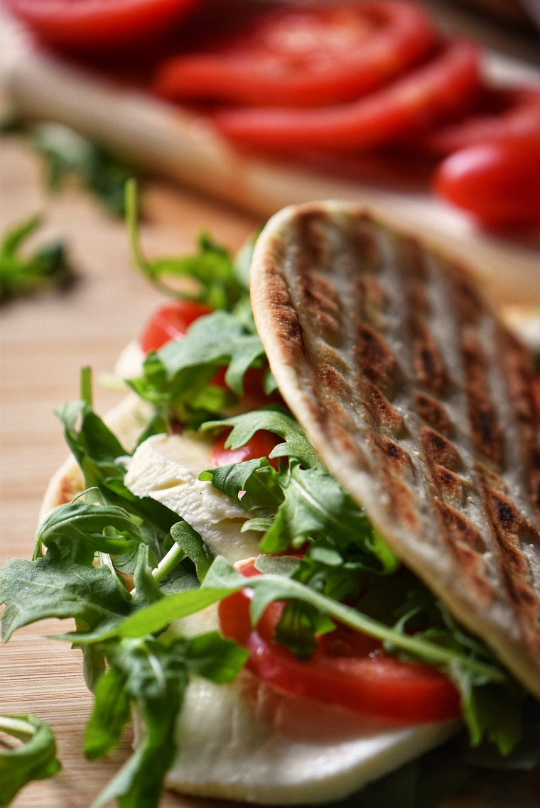 come fare la piadina vegetariana sandwich con rucola pomodoro e mozzarella panino vegetariano
