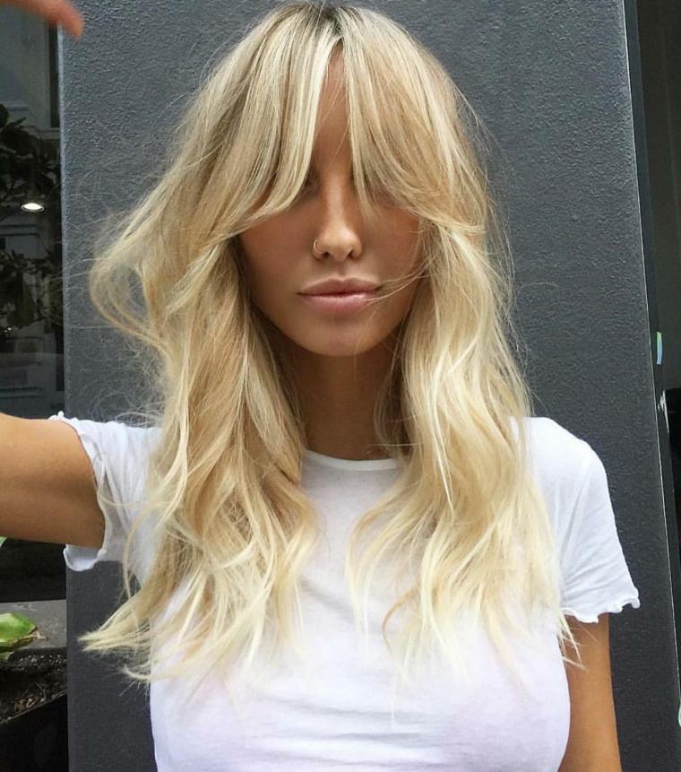 come scalare i capelli davanti taglio con frangia a tendina di colore biondo