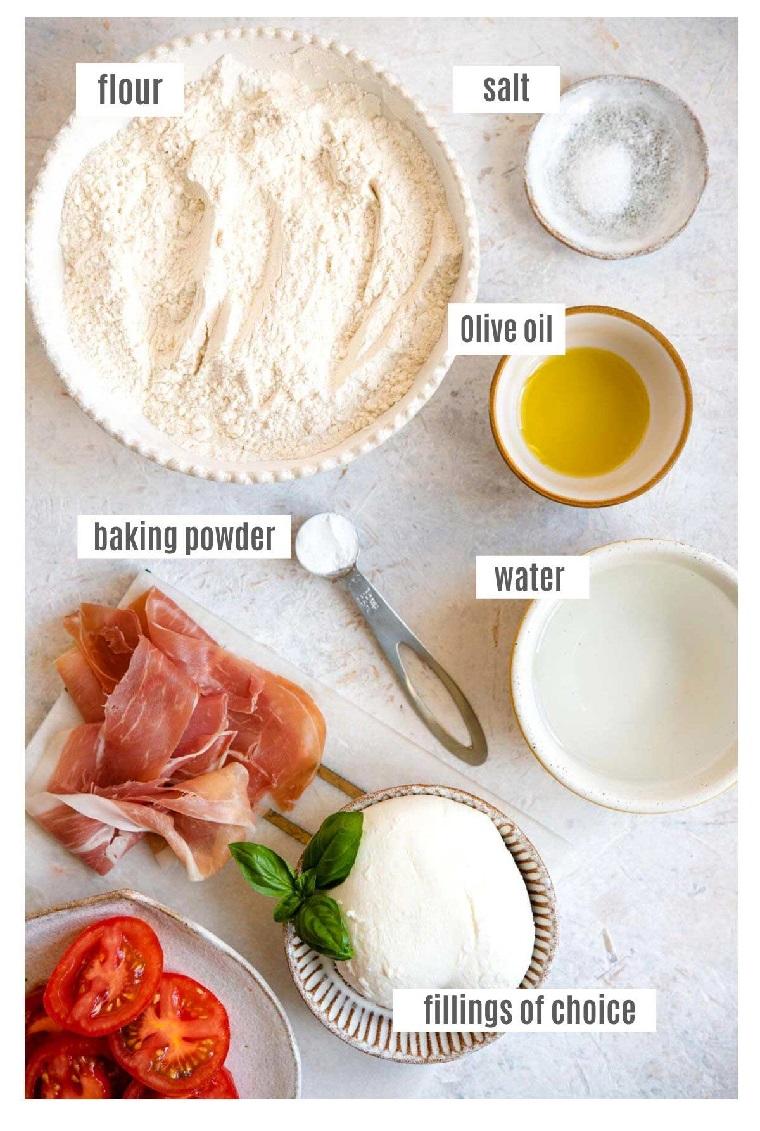 come si fa la piadina ingredinti in ciotole per preparazione ricetta prosciutto crudo pomodoro