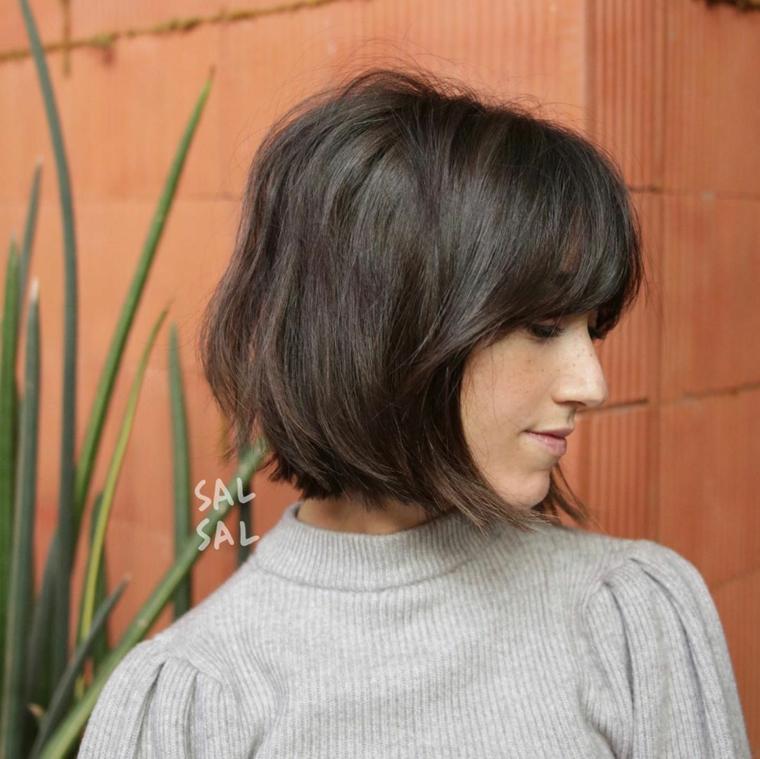come tagliare i capelli corti donna con taglio caschetto lungo davanti di colore castano