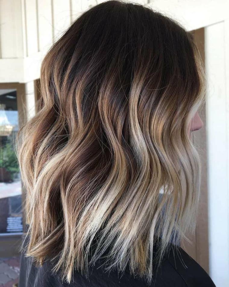 come tagliare i capelli corti in casa taglio long bob ondulato colorazione balayage