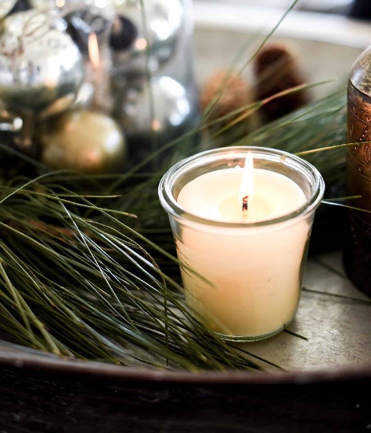 composizioni natalizie con candele vassoio con rametti verdi e palline di natale