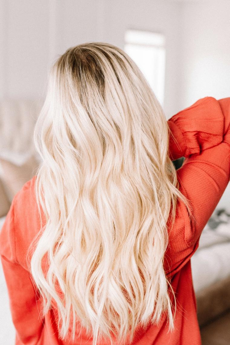 donna con pettinatura onde da spiaggia acconciatura capelli mossi biondi