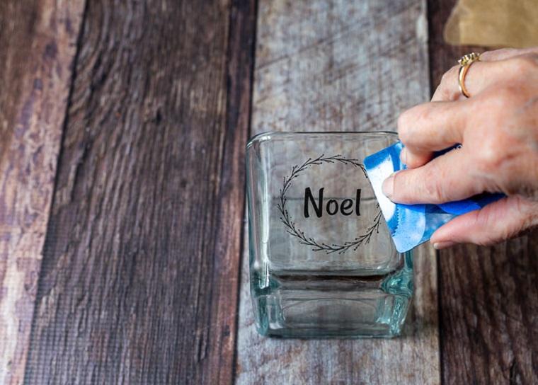 incollare etichetta personalizzata con acqua candele fatte in casa