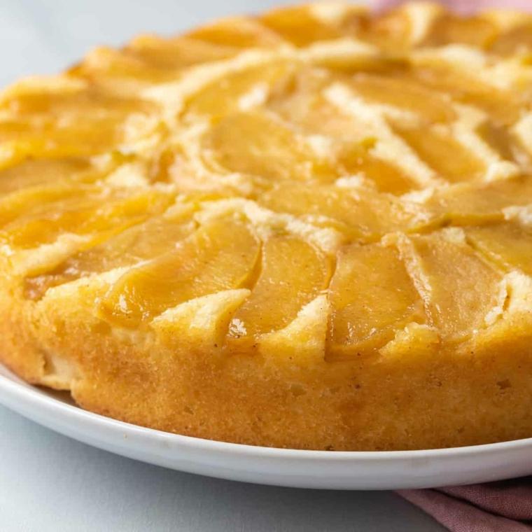 ingredienti per ricetta torta alle mele decorazione dessert con fette di frutta in gelatina