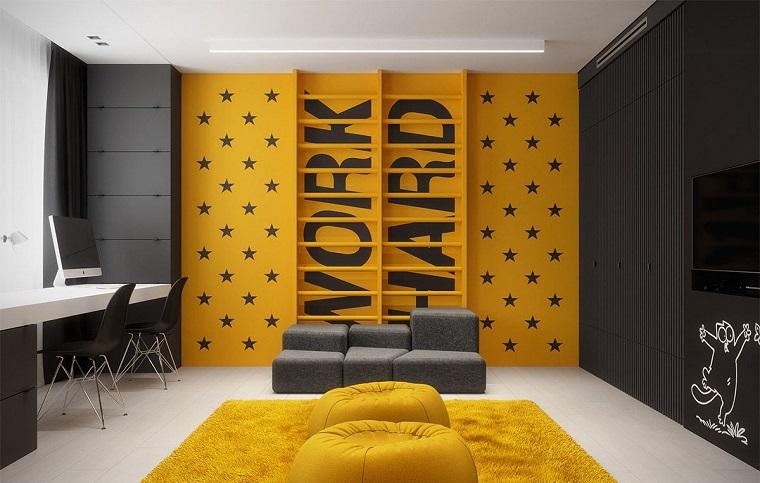 mazzetta colori pantone parete dipinta di giallo e grigio con scritta work hard