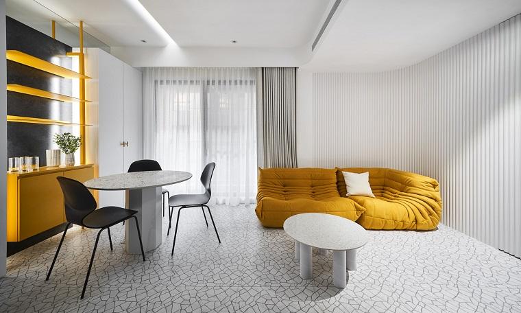 pantone giallo divano in tessuto pavimento e pareti di colore grigio chiaro