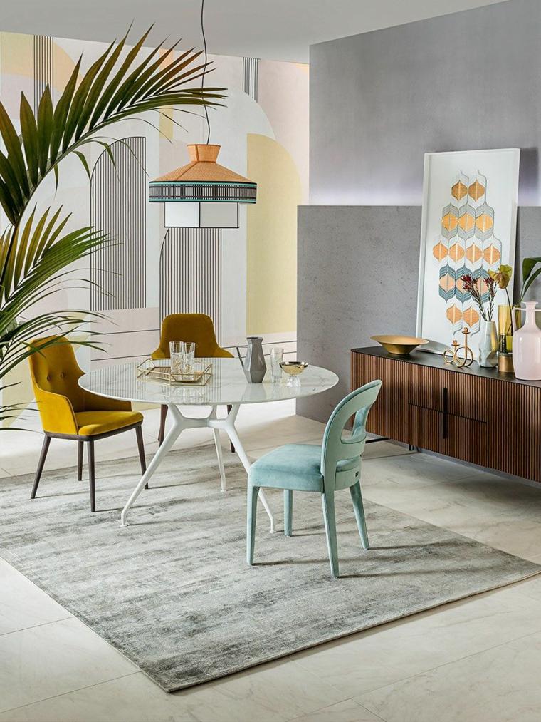 pantone grigio sala da pranzo con sedie gialle mobile di legno con decorazioni