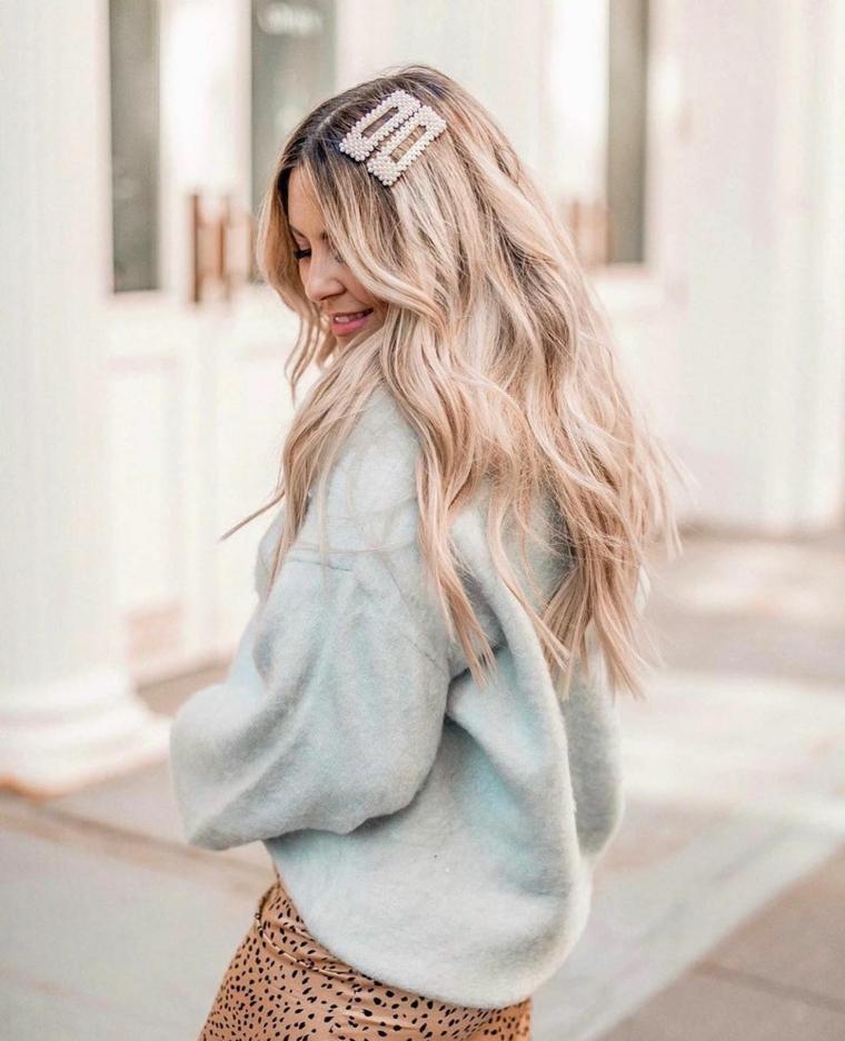 pettinatura capelli lunghi biondi con mollettoni come tagliare le punte dei capelli