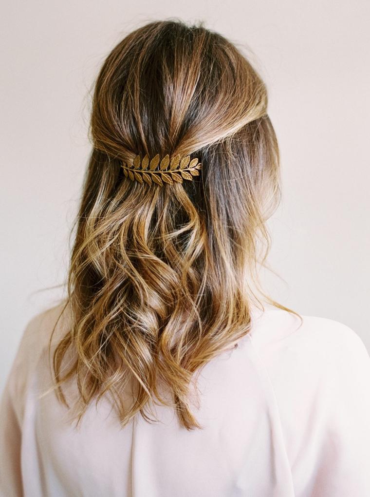 pettinatura capelli media lunghezza di colore biondo balayage acconciatura mossa con mollettona