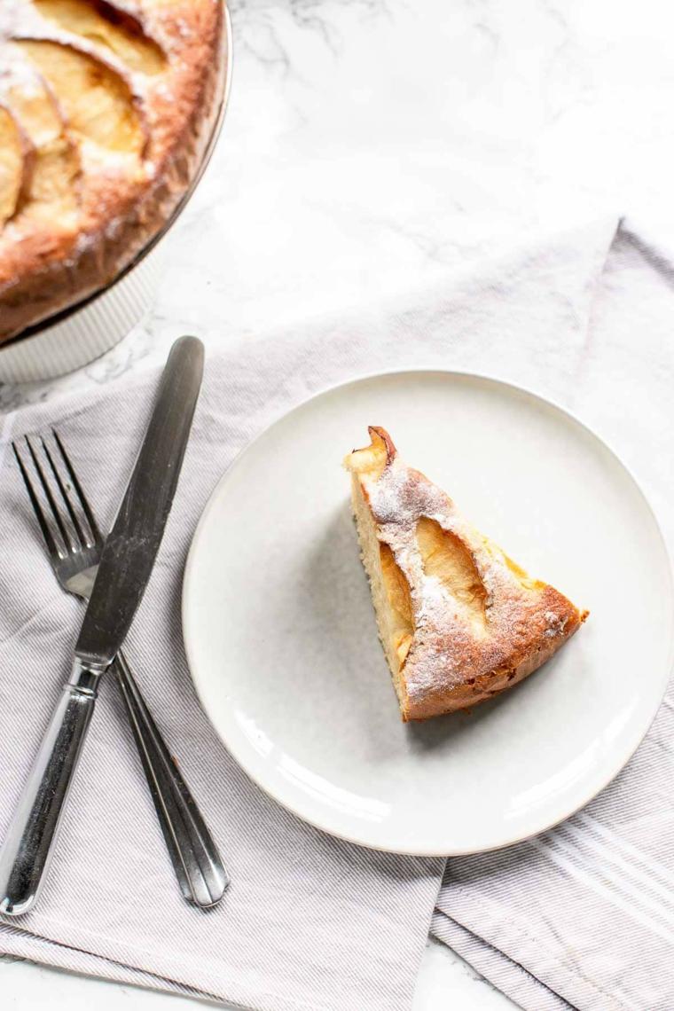 pezzo di torta alle mele in piatto dessert ricoperto di zucchero a velo