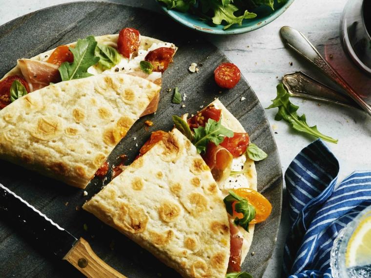 piada con pomodorini e rucola come farcire la crescia vegetariana