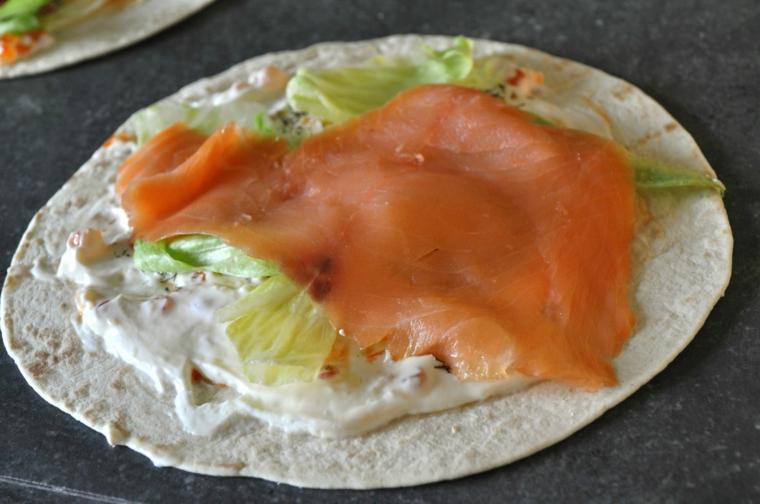 piadina fatta in casa light piada con formaggio spalamabile salmone e lattuga
