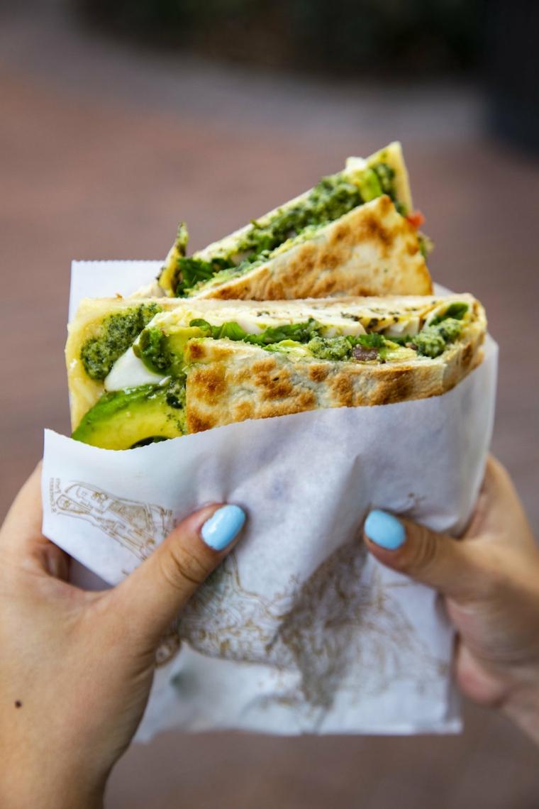 piadina ricetta light crescia con avocado e formaggio spalmabile tenuta in carta