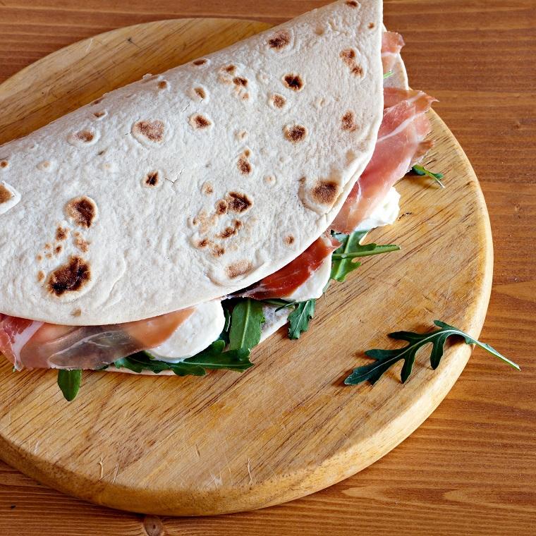 piadina ricetta originale panino con impasto per pizza farcito con proscitto crudo e mozzarella