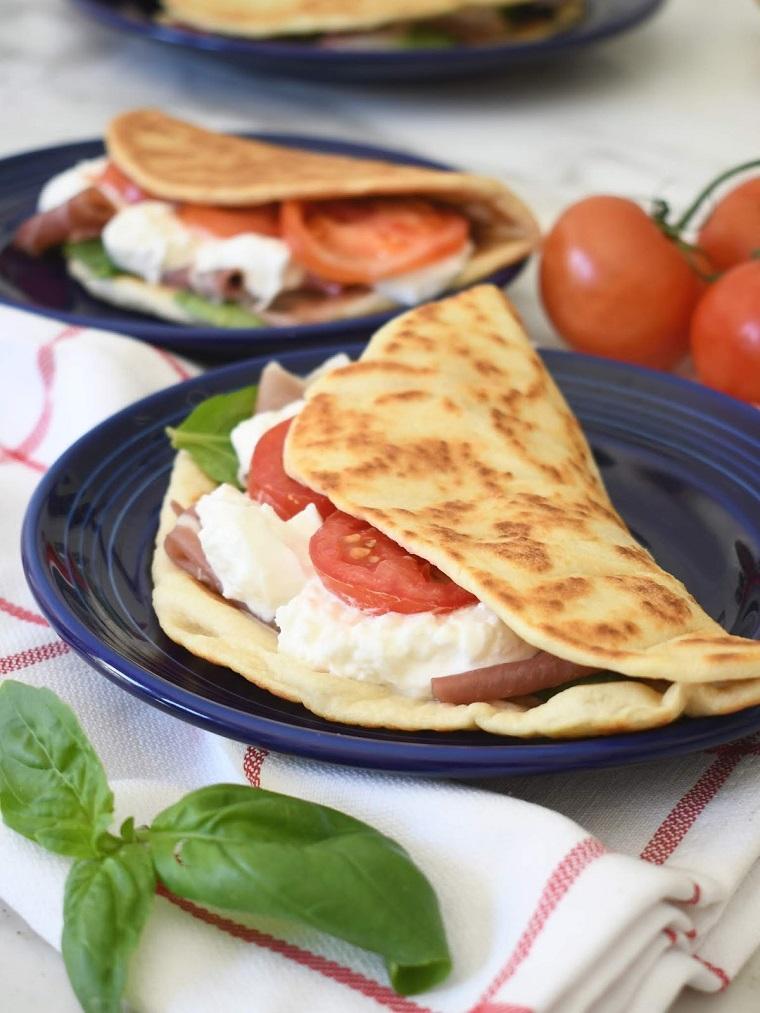 piadina ricetta originale panino con mozzarella pomdoro e foglie di basilico