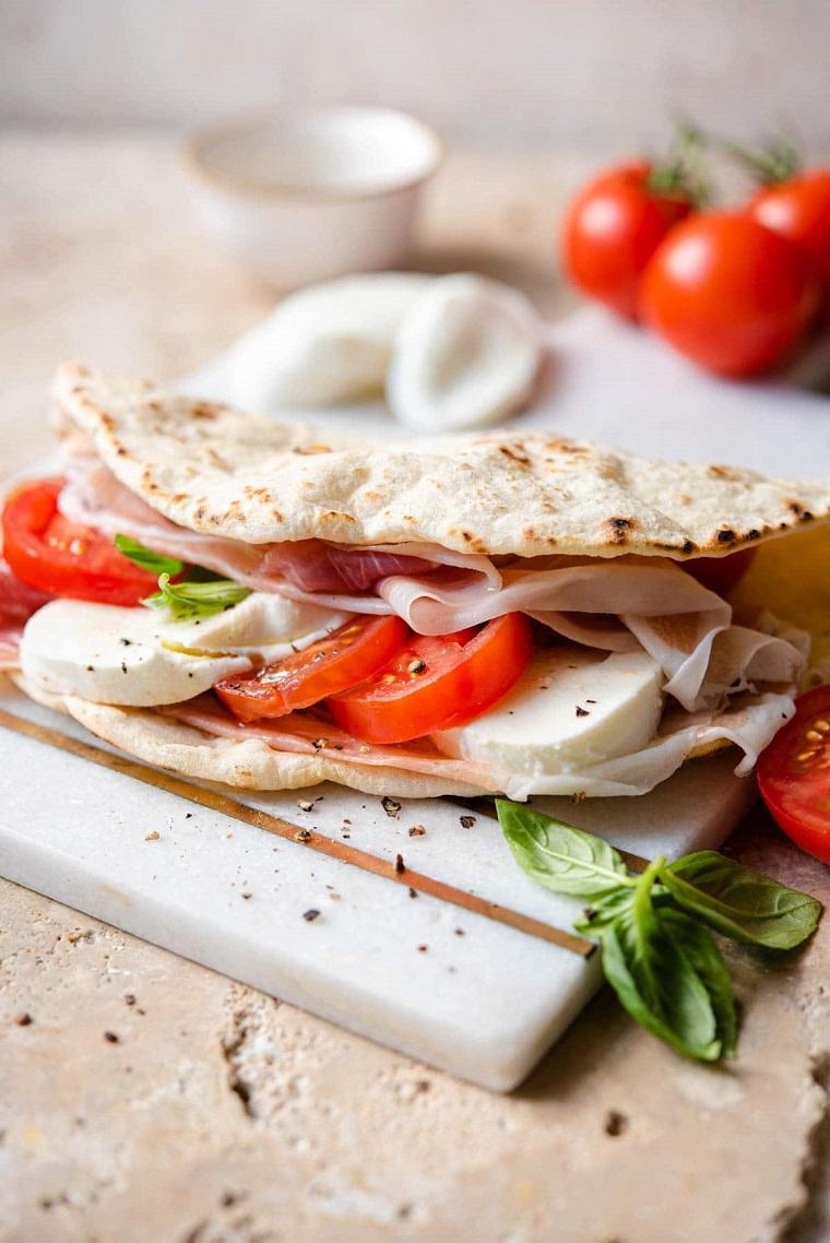piadina ricetta panino romagnolo farcito con mozzarella e fette di pomodoro
