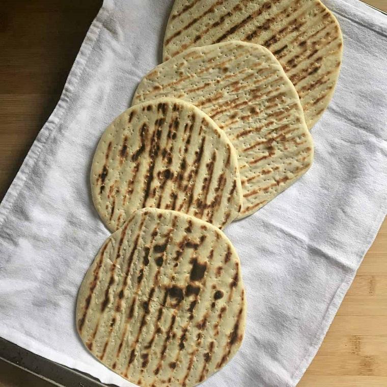 piadina ricetta senza lievito tovagliolo con panini di farina e acqua