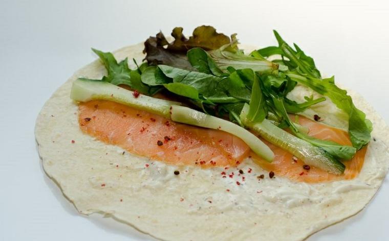 piadine fatte in casa crescia con formaggio spalmabile salmone e rucola