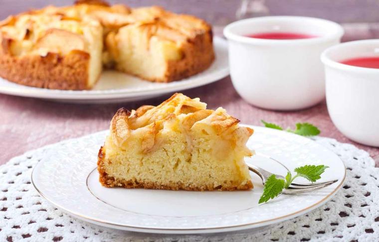 piatto con pezzo di torta soffice alle mele decorazione piatto con foglie di menta