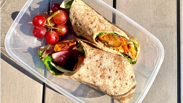 pranzo in scatola con crescia veggie piadina ricetta senza lievito uva rossa