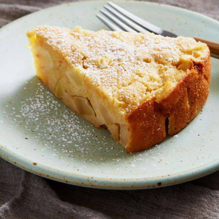ricetta per una torta di mele impasto morbido senza burro cosparsa con zucchero a velo