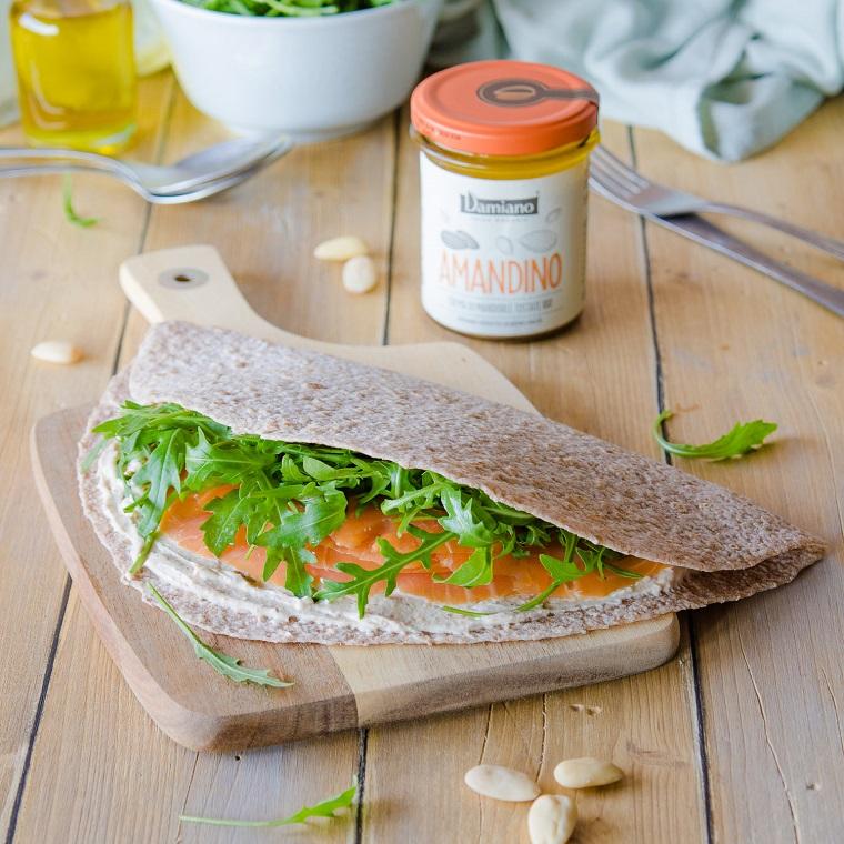 ricetta piadine fatte in casa panino con salmone e lattuga