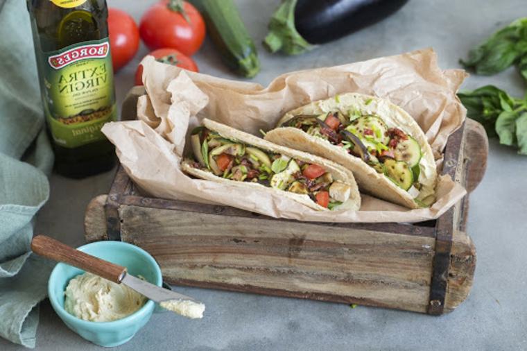 ricetta piadine fatte in casa piada con verdure condire con olio hummus