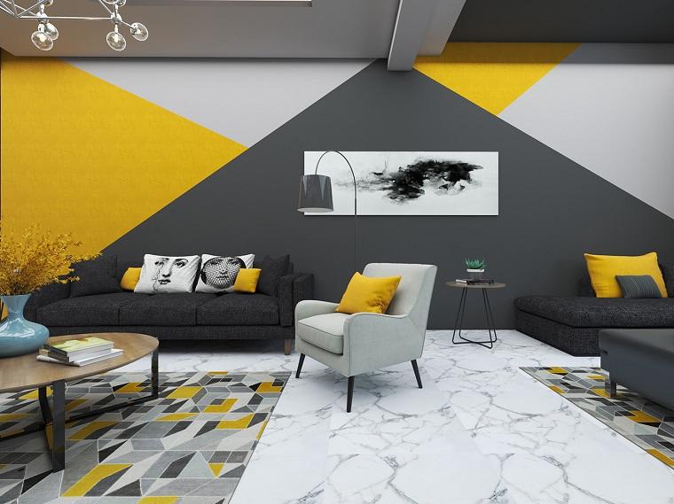 soggiorno con mobilia di colore grigio decorazione pareti con pittura gialla