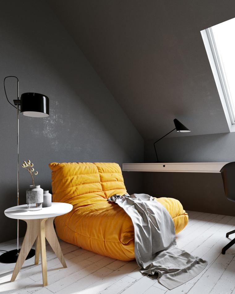 soggiorno in mansarda pareti dipinte di grigio chaise longue gialla tonalità pantone