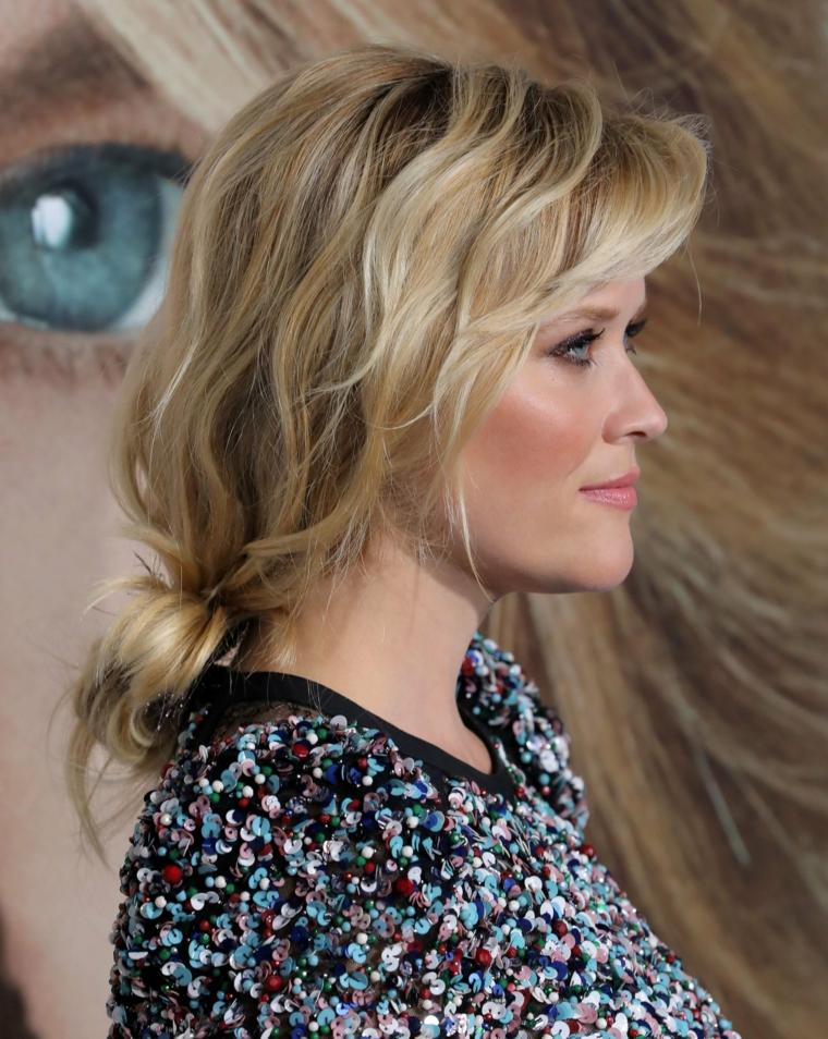 tagli capelli lunghi mossi donna con capelli biondi acconciatura raccolto basso sciolto