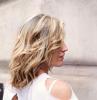 tagli capelli medi scalati scalati donna con chioma bionda frangia a tendina