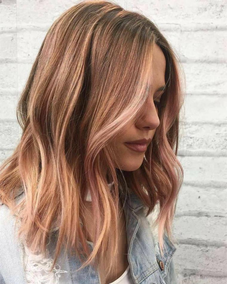 tagliare capelli da sola ragazza con acconciatura long bob di colore biondo balayage