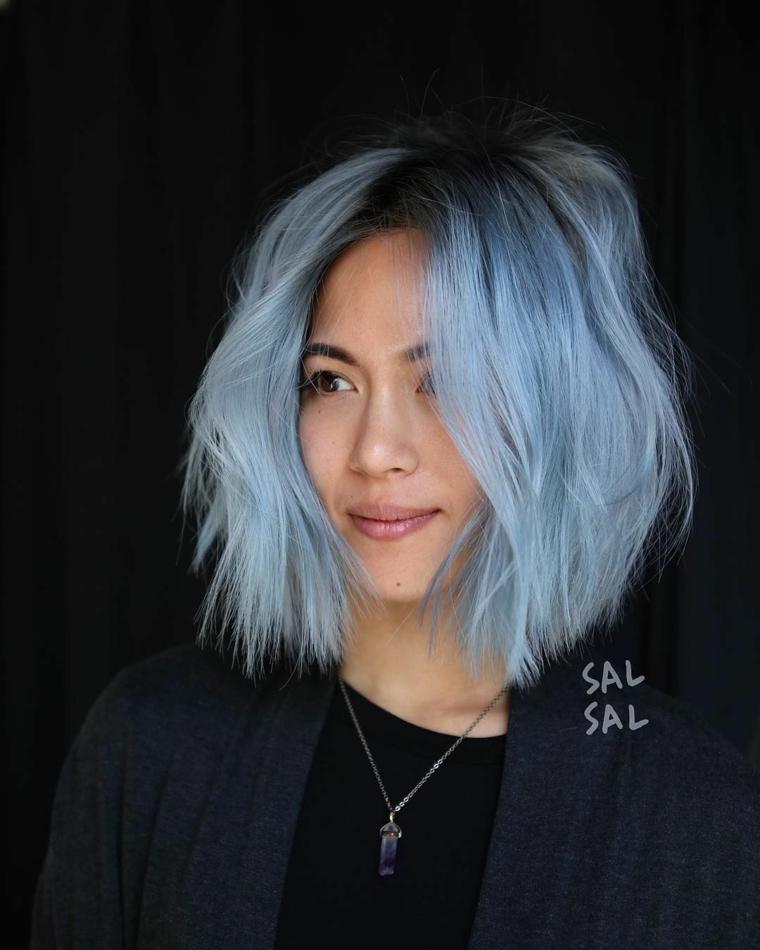 taglio capelli corti mossi pettinatura caschetto di colore blu