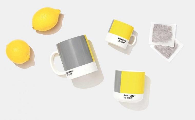 tazze da tè dipinte di giallo e grigio palette colori pantone ultimate grey illuminating