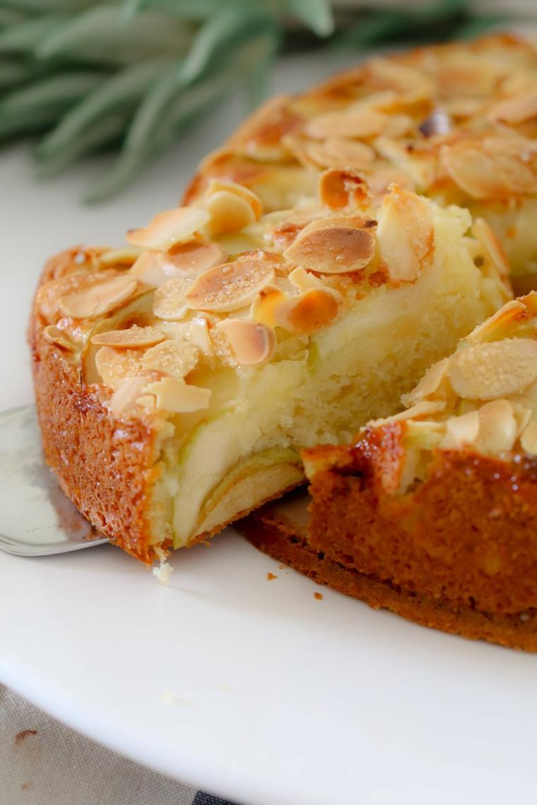 torta alle mele soffice e morbida dolce decorato con scaglie di mandorle tostate