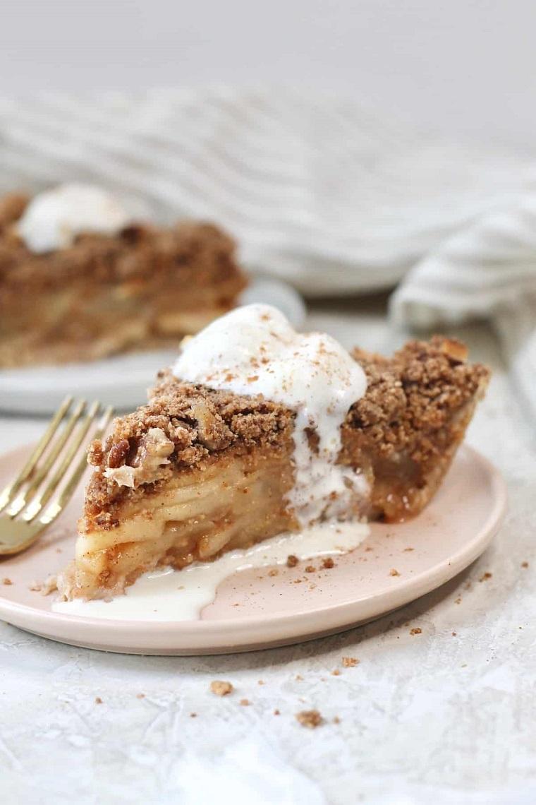 torta di mele allo yogurt pezzo di dolce in piatto ricoperto con crumb