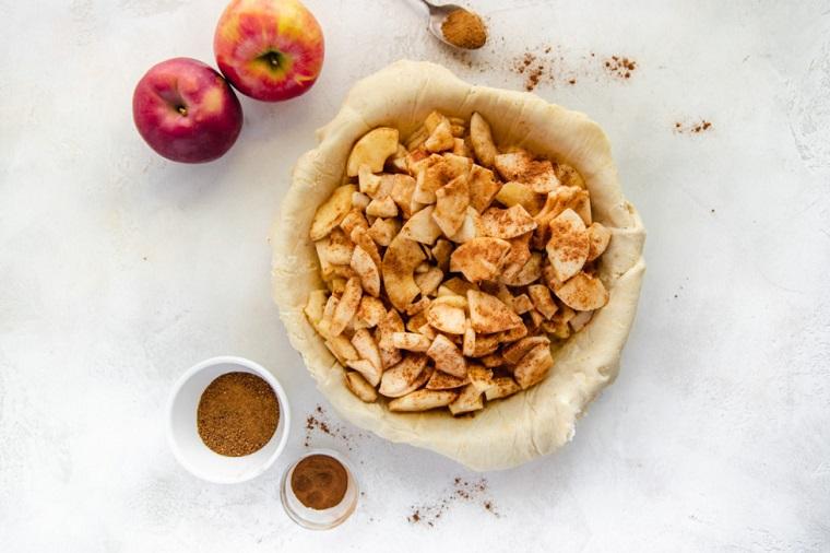 torta di mele fatta in casa impasto rotondo senza glutine frutta cosparsa di cannella