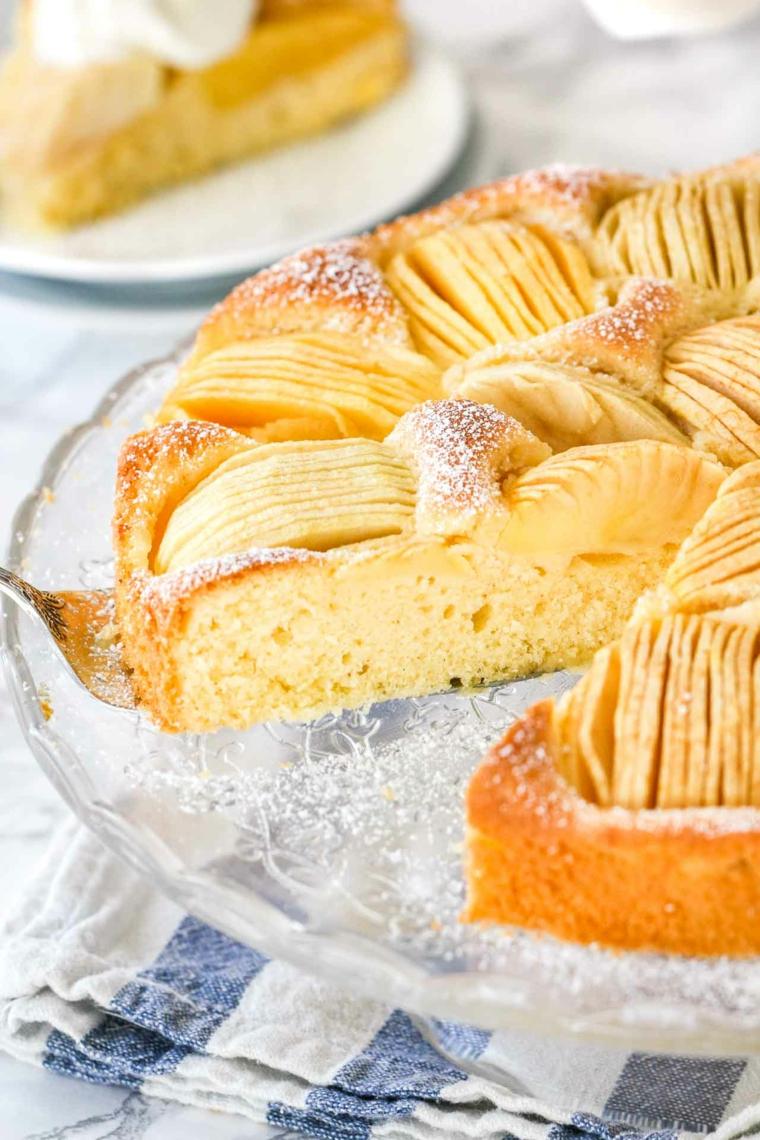 torta di mele morbidissima dolce con fette di frutta cosparso di zucchero a velo