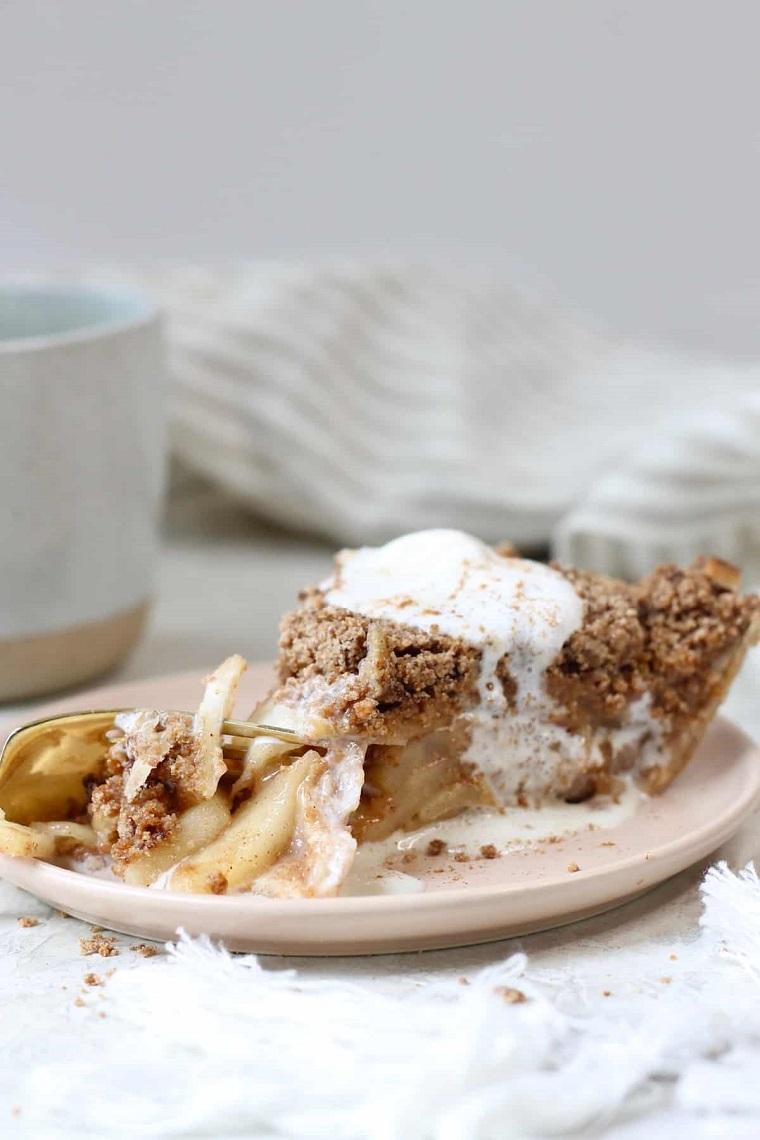 torta di mele senza latte dolce vegan in piattino con cannella
