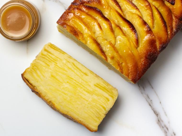 torta rettangolare ricoperta con fette di mela in gelatina impasto morbido
