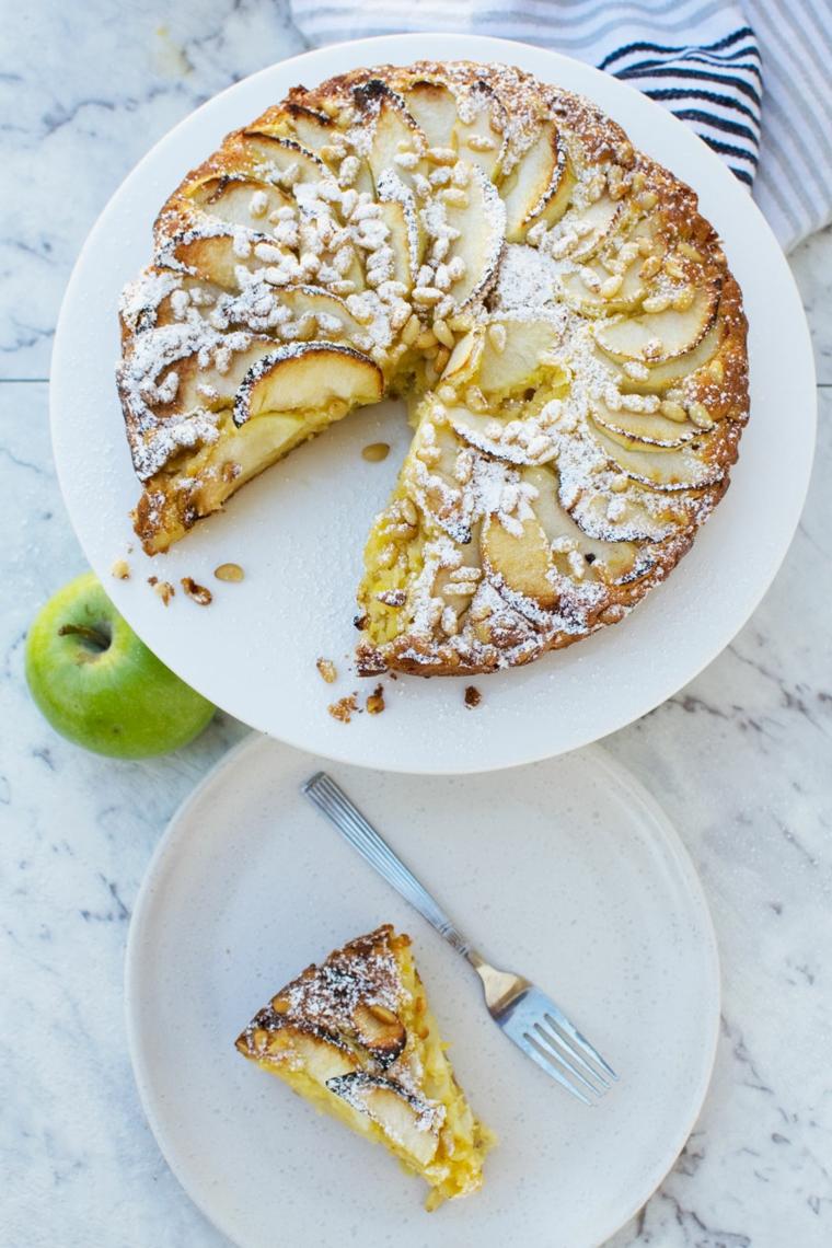 torta rotonda con ripieno di mele a fette decorazione dolce con zucchero a velo