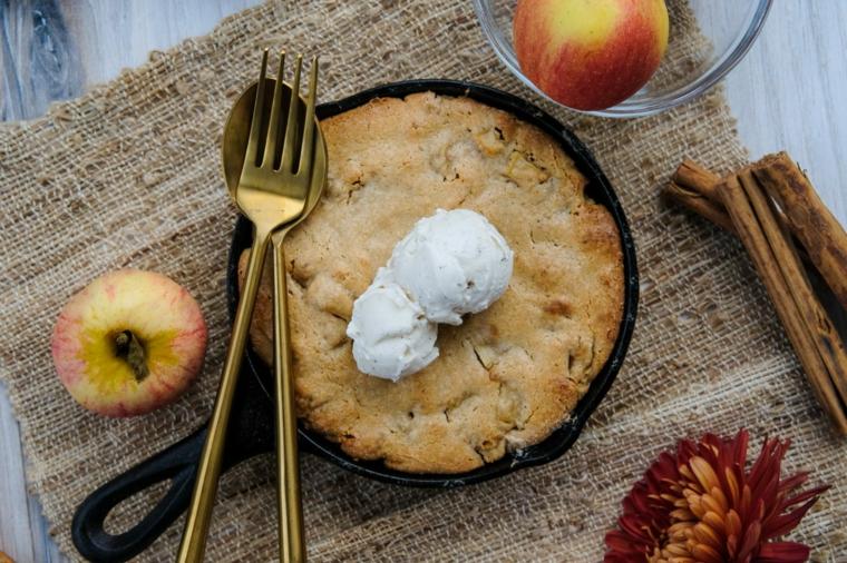torta rustica alle mele decorazione dolce con palline di gelato alla vaniglia