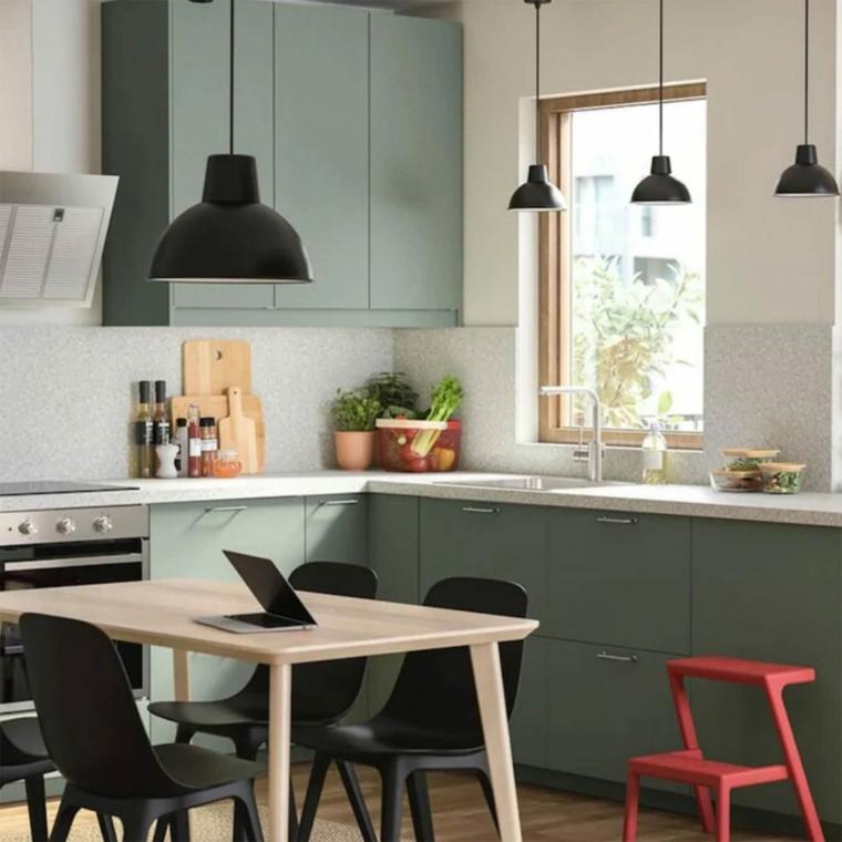 abbinamento colori verde salvia e bianco cucina con tavolo da pranzo