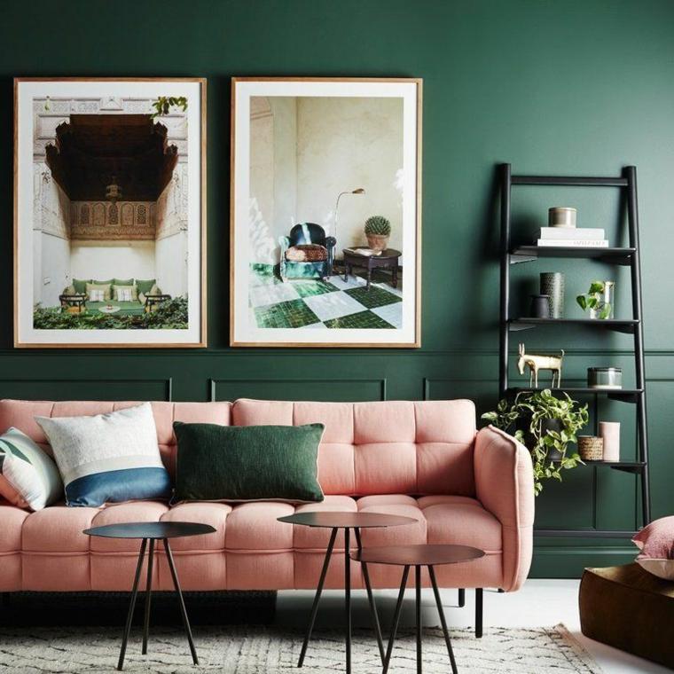 abbinamento colori verde salvia soggiorno con divano rosa parete con quadri